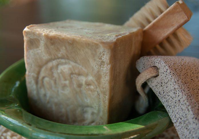Mydło z węglem. Węglowe kosmetyki dla młodej skóry.