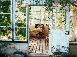 Meble ogrodowe w stylu rustykalnym.