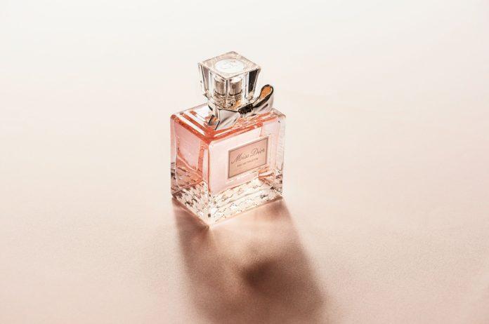 Zapachowy zawrót głowy: perfumy, woda toaletowa czy woda perfumowana?