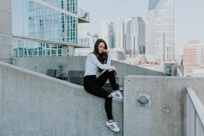 Buty sportowe przed i za kostkę dla kobiet – z czym je nosić?