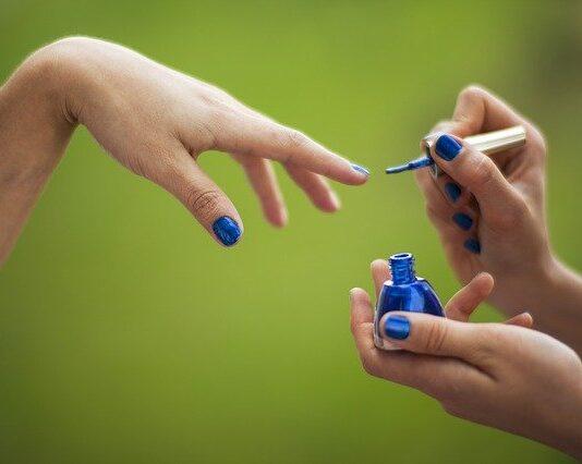 Czym się różnią lakiery do paznokci?